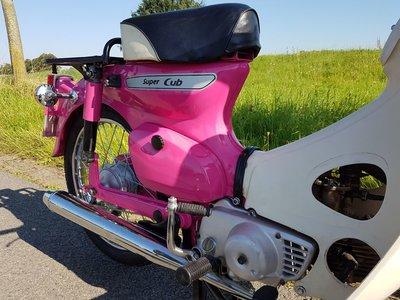 TE HUUR! Honda C50 K1 Roze (ook te koop)